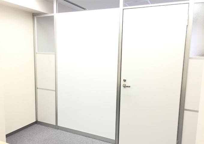 小会議室のホワイトボードは備え付けです!