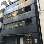 茅場町駅から徒歩5分、八丁堀駅から徒歩4分、東京駅(八重洲中央口)から徒歩8分の貸し会議室です。会議室としてのご利用はもちろん、面接会場や説明会、展示会、セミナー会場として大変使いやすい会議室。日本の金融機関発祥の地「兜町」から近く、東京証券取引所や有名企業の本社もあるオフィス街の茅場町にある便利な会議室です。